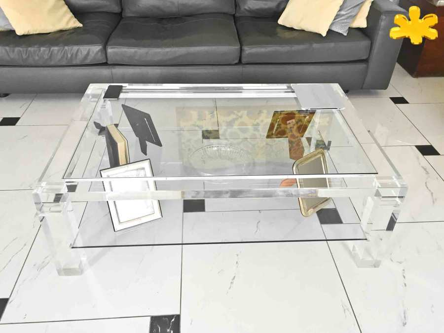 Tavolino da salotto con ripiano in plexiglass