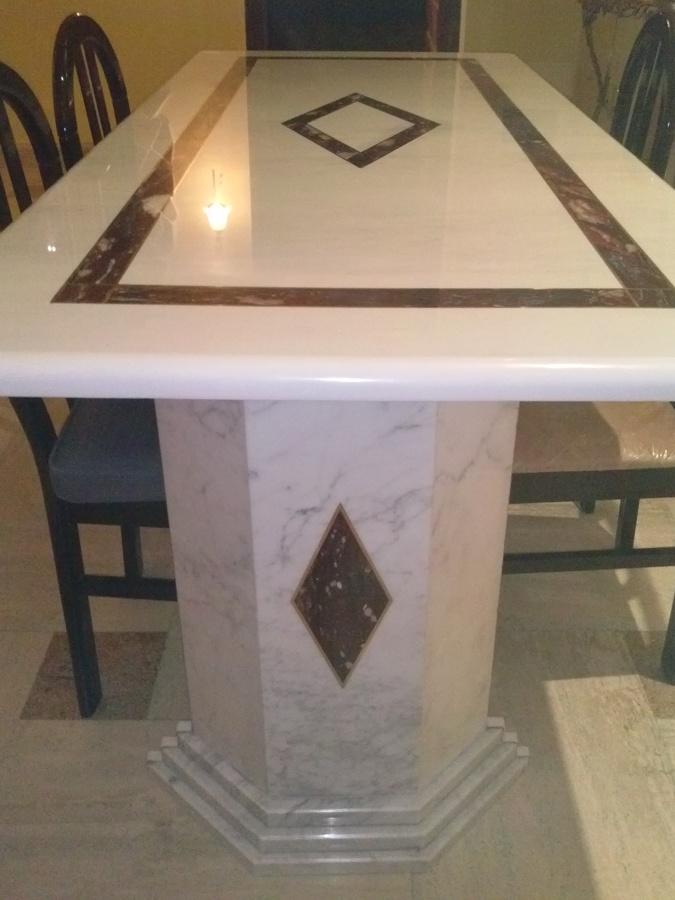 tavolo in marmo bianco Carrara con intarsi rosso antico