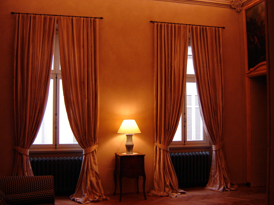 Foto tende classiche in seta di 3s in fabbrica salotti - Tende interni prato ...