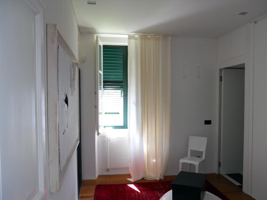 Tende in lino ad onda - Bastone con scivoli a soffitto laccato bianco