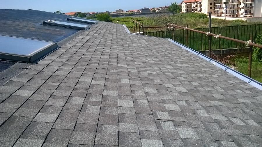 Foto tetto con tegole canadesi di i m a costruzioni srls for Finestre velux rimini