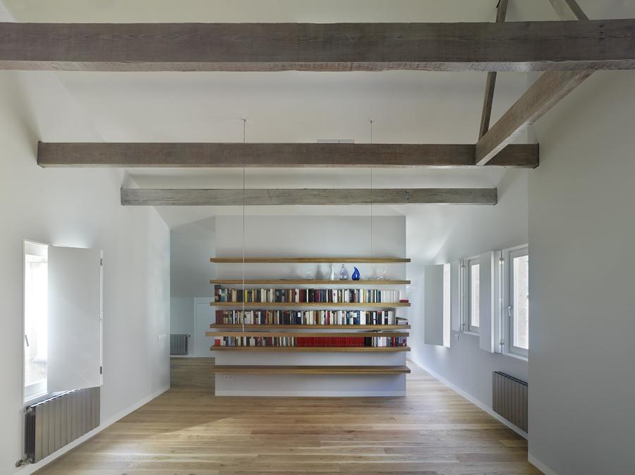Ristrutturazione di un attico sul lungomare di vigo idee for Foto a soffitto con travi in legno a vista