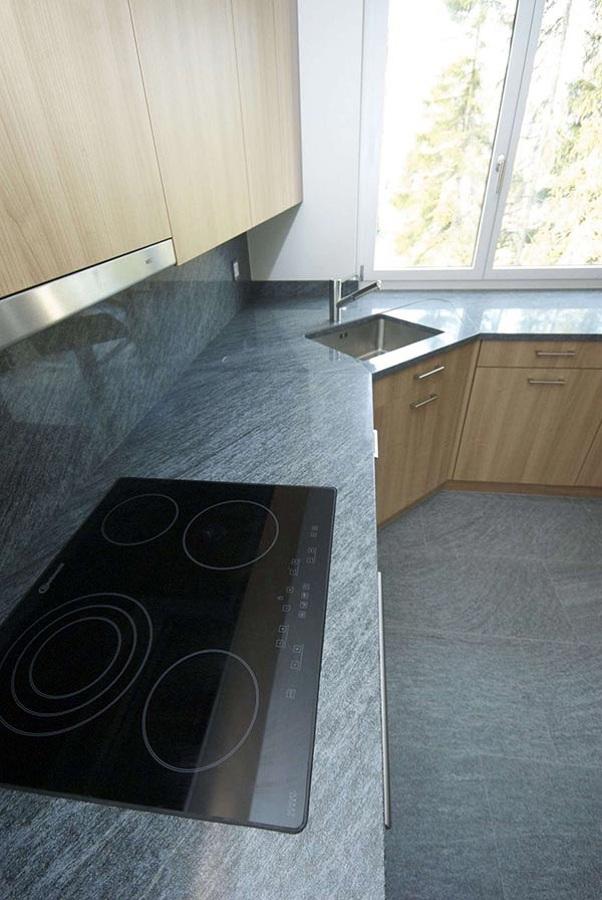Foto top cucina e rivestimento in serizzo di zanco marmi - Rivestimento top cucina ...