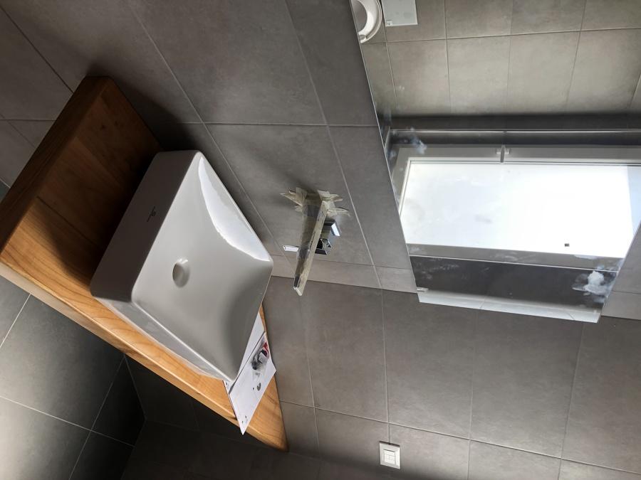top in legno con lavabo soprapiano