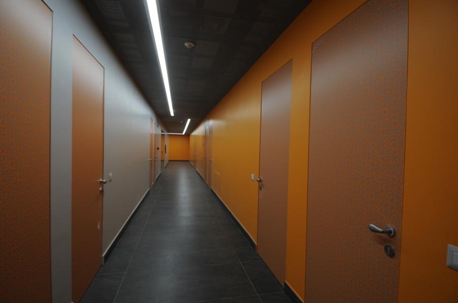 Un corridoio del piano arancione