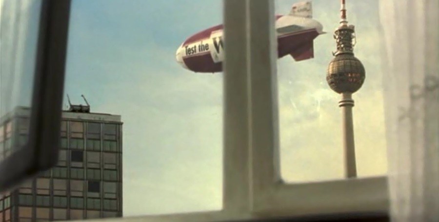 Un dirigibile ci mostra una veduta alternativa del Fernehturm di Berlino