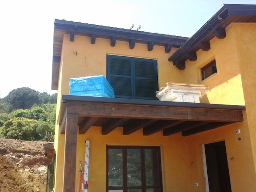 Casa in legno a due piani isola d 39 elba idee costruzione for Piani di stoccaggio con portico