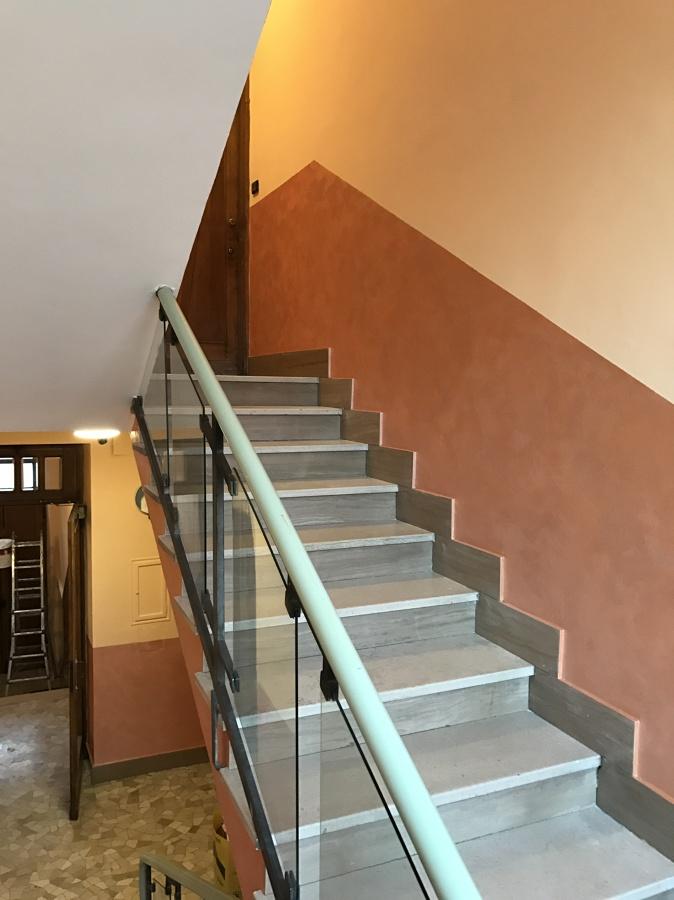 Ritinteggiatura e decorazione interno scala condominiale a for Chiusura vano scala interno