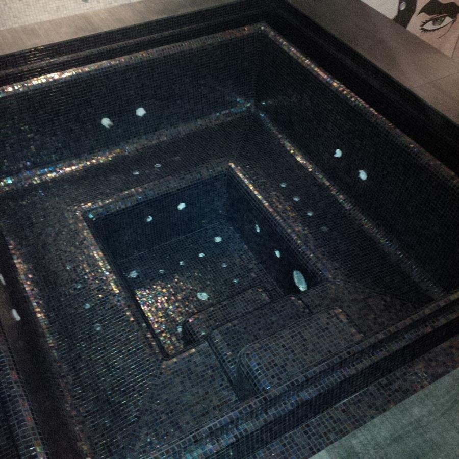 Vasca idromassaggio personalizzata in mosaico di vetro