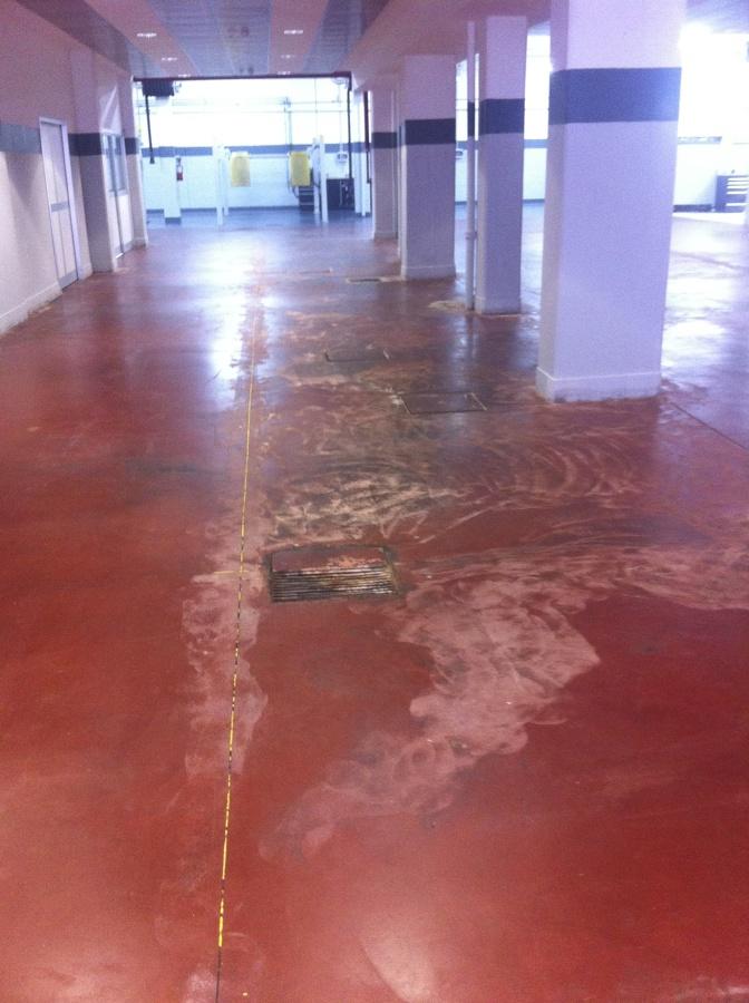 Vecchia pavimentazione in cemento industriale verniciato