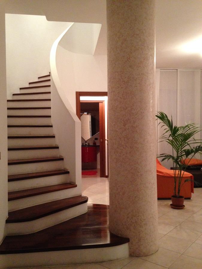 Progetto ristrutturazione con finiture di design a milano - Scala soggiorno ...