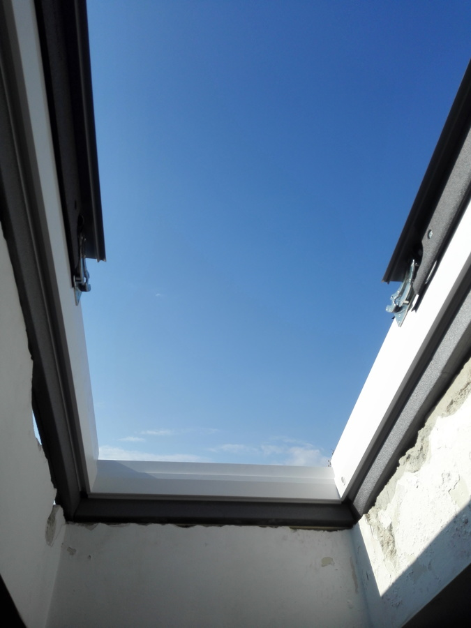 Finestre per tetto velux arese idee finestre e porte for Finestre velux foto