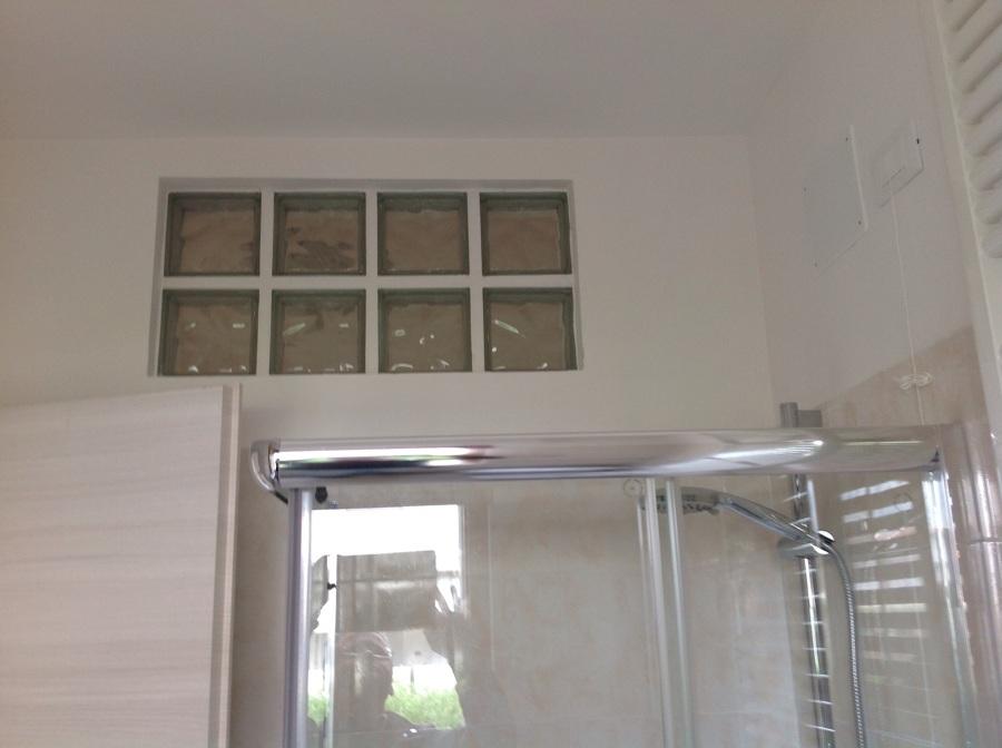 Foto vetromattone per bagno cieco di interni chiavi in - Finestra interna per bagno cieco ...