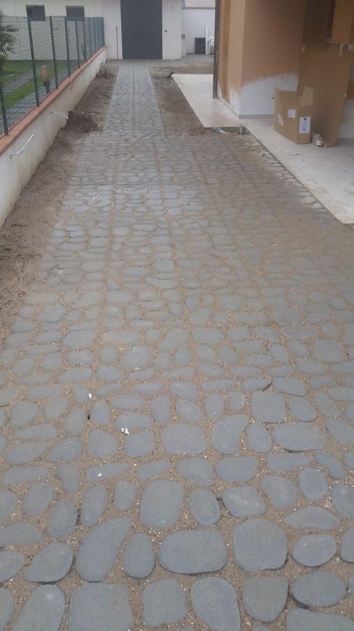 vialetto con acciottolato erboso