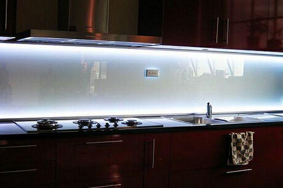Proposte per rivestire la zona antischizzo della cucina - Cocinas con bloques de vidrio ...