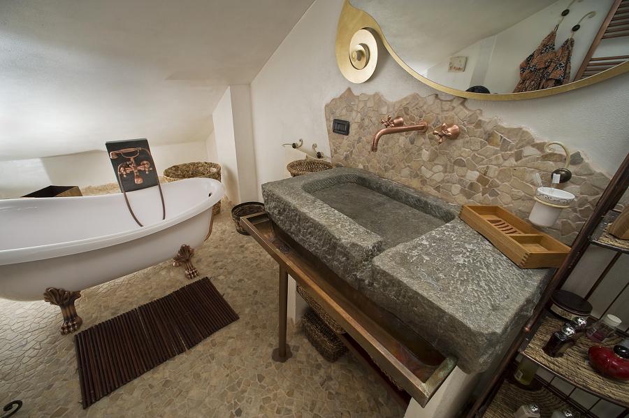 Progetto di realizzazione di bagno particolare con ciottoli di fiume grigi e palladiana onice - Lavandino in pietra bagno ...