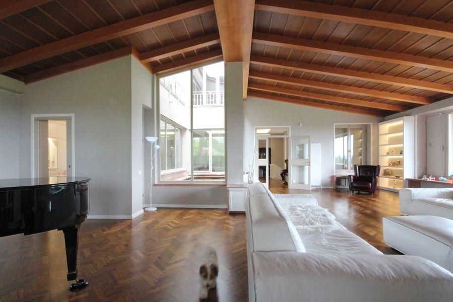 Villa con tetto in legno