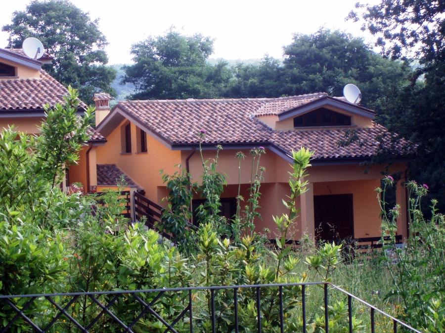 Vista dall'esterno, facciate e tetto con tegole anticate