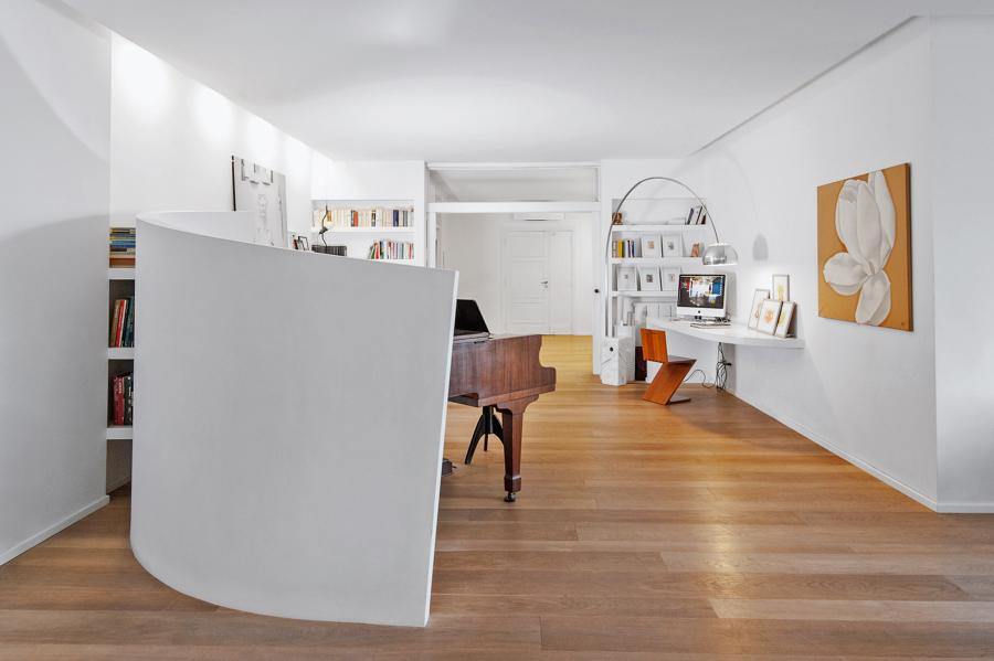 Vista del soggiorno verso l'angolo studio/pianoforte