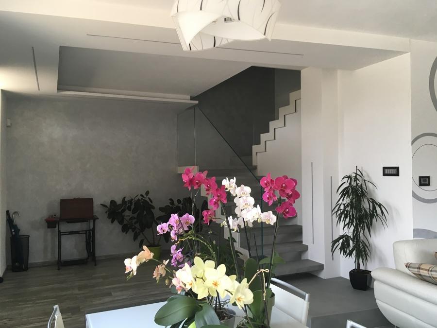 Vista dell'ingresso e della scala con controsoffitto e lame di luce incassate