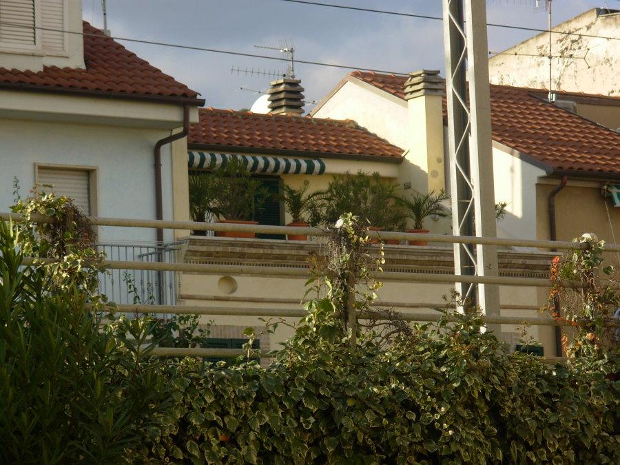 Vista della facciata con il terrazzo a tasca