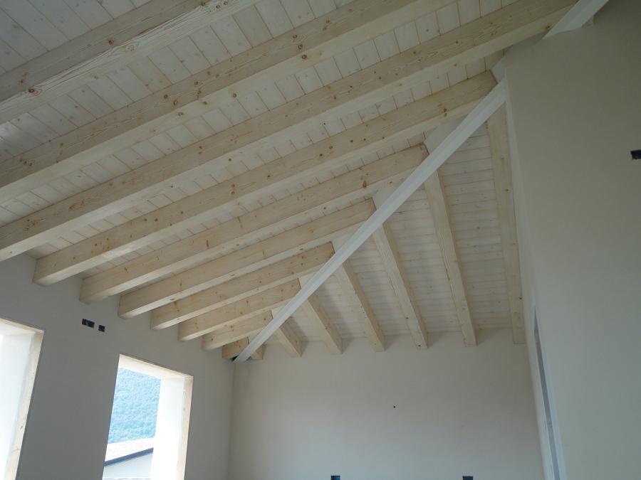 Vista interna tetto in legno with tetti in legno moderni for Casa legno antisismica costo