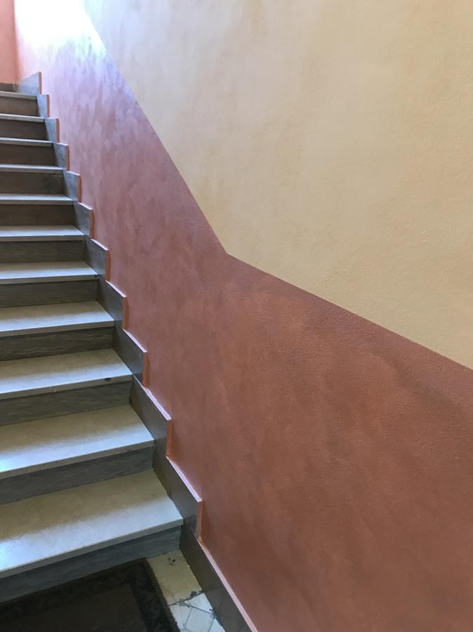 Ritinteggiatura e decorazione interno scala condominiale a - Scala decorativa ...