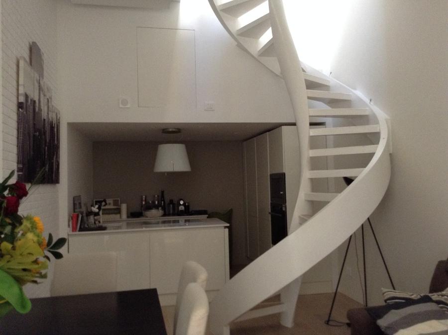 Foto: Zona Cucina e Scala Elicoidale di Cobe Immobiliare Srl ...
