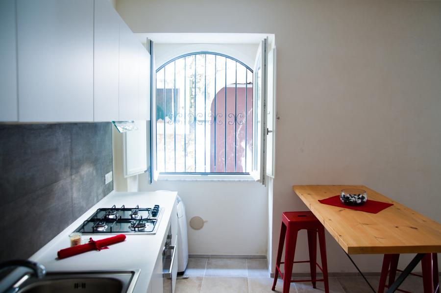 zona cucina e tavolo da pranzo