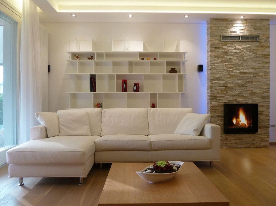 Ristrutturazione di un interno a ceggia idee architetti for Parete attrezzata con divano
