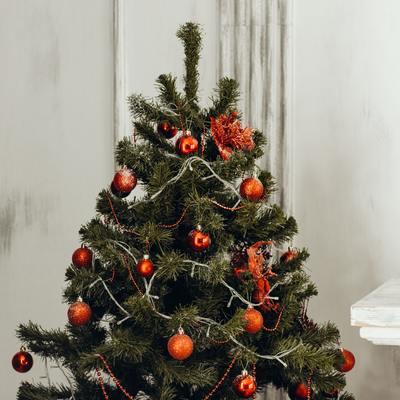 Tutti i trucchi per pulire l'albero di Natale e gli addobbi