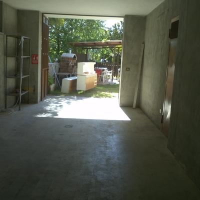 Trasformazione di garage in piccolo alloggio, con modifica di facciata della casa