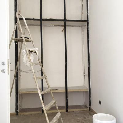Riverniciatura completa (interno/esterno) di un armadio a muro.Sito in via Tuscolana 675 Roma