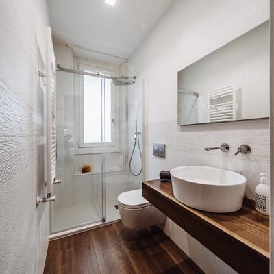 Idee di ristrutturazione bagni per ispirarti habitissimo - Piastrelle per bagni piccoli ...