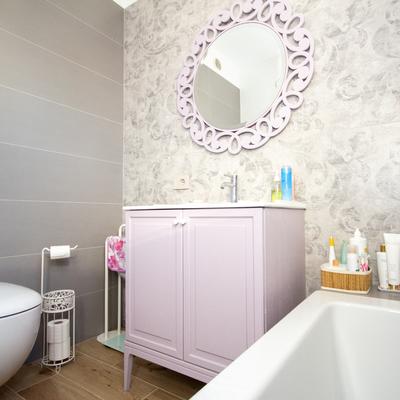 bagno moderno con vasca e mobile shabby chic