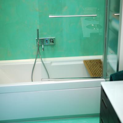 Bagno Resina verde acqua spatolato verticale autolivellante effetto marmorizzato pavimento