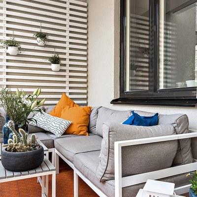 Balcone con piante e divanetto