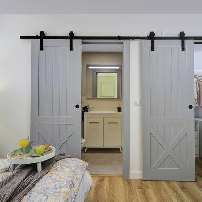 Vecchie porte da granaio: una soluzione irresistibile per arredare gli interni
