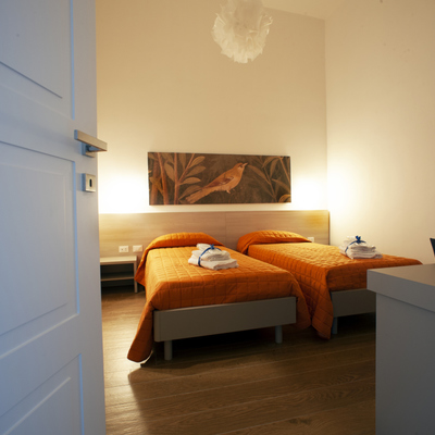 camera arancio