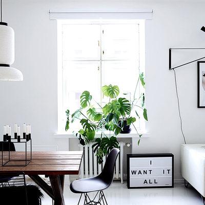 Casa con pareti bianche e accessori neri