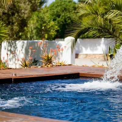 Idee di accessori piscina per ispirarti habitissimo - Cascate per piscine ...