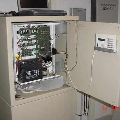 Centrale di allarme a vista con tastiera di servizio.