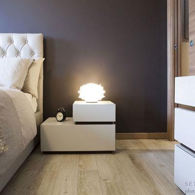 Soggiorno design con cucina a vista e camera da letto arredata su misura