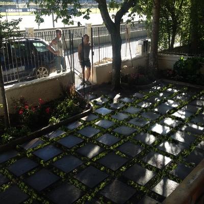Trasformazione in piccolo giardino di un cortile in un residence di montagna