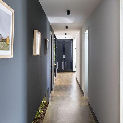 Come ampliare un corridoio giocando con pavimenti e pareti