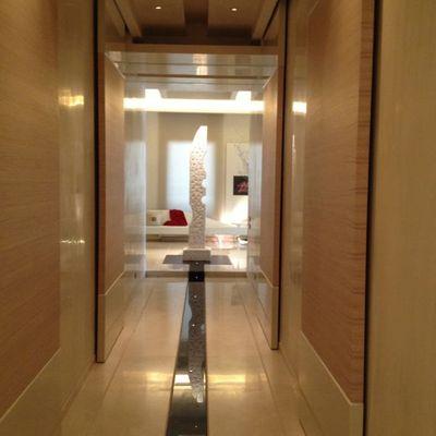 corridoio con pannelli scorrevoli per ingresso nelle stanze