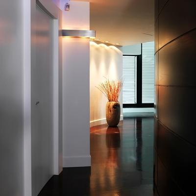Corridoio con parete rivestita in legno e parquet