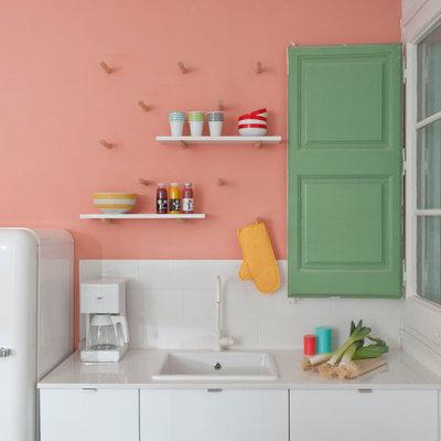Un appartamento di stile modernista pieno di colori