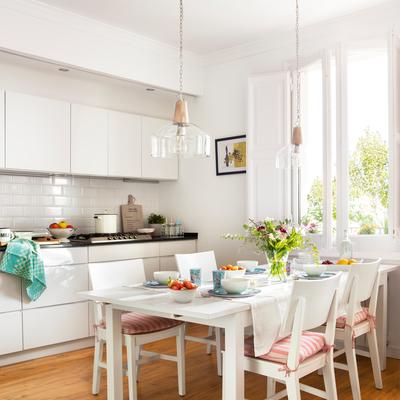 Cucina abitabile con mobili bianchi