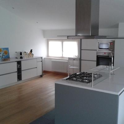 Cucina con isola bianca e grigia